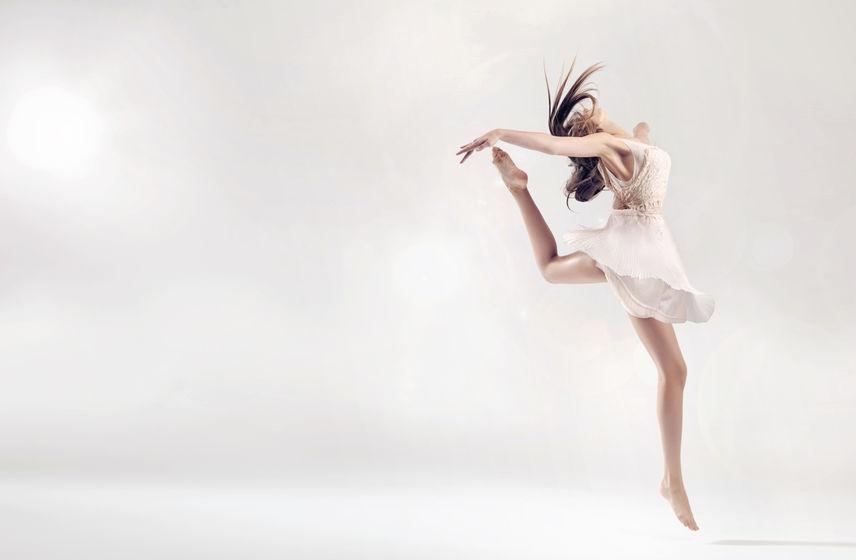 kobieta tańcząca balet na jasnym tle