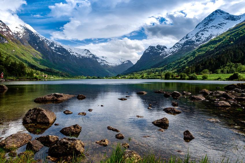 spokojna woda w malowniczej dolinie